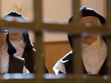 Foto de archivo de una monjas en un convento