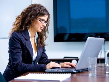 Una mujer trabajando con un ordenador
