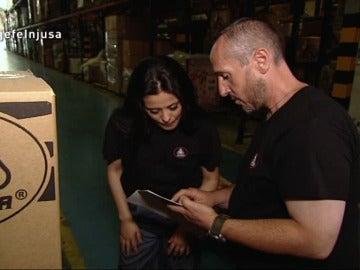 Bernabé comenta con La Jefa la situación en el almacén