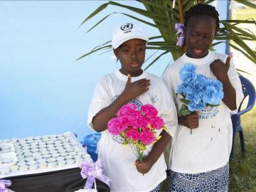 Niñas liberianas rezan con flores