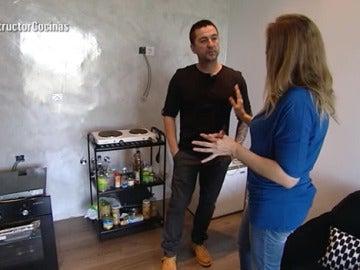 Felisa le enseña su 'cocina' a Antonio Hernández
