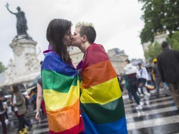 Dos mujeres se besan durante una manifestación por los derechos LGTBI