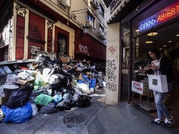 """Una """"montaña"""" de basura que se va acumulando en las calles del centro de Málaga"""