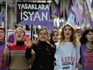 La policía antidisturbios carga contra cientos de mujeres en una manifestación en Turquía