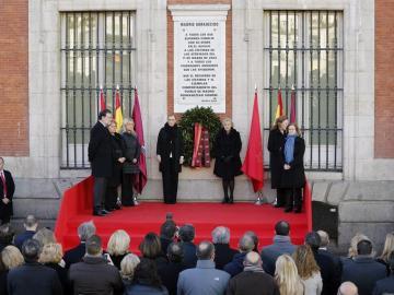 Las cuatro asociaciones de víctimas junto a Carmena, Cifuentes y Rajoy