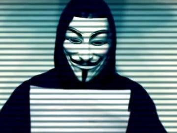 Imagen de un miembro de Anonymous leyendo el comunicado