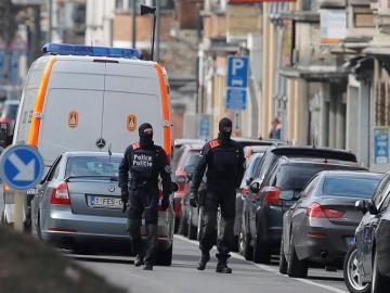 Policías patrullan en el distrito de Schaerbeek de Bruselas