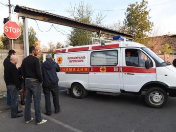 Una ambulancia transporta a un soldado armenio herido a un hospital en Armenia