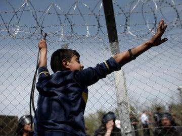 Imagen de un refugiado en una alambrada