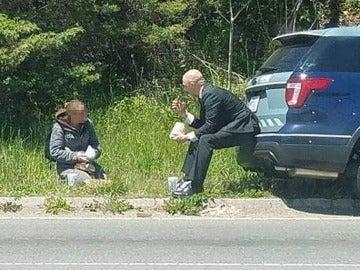 agente de EEUU almorzando con una mujer sin hogar