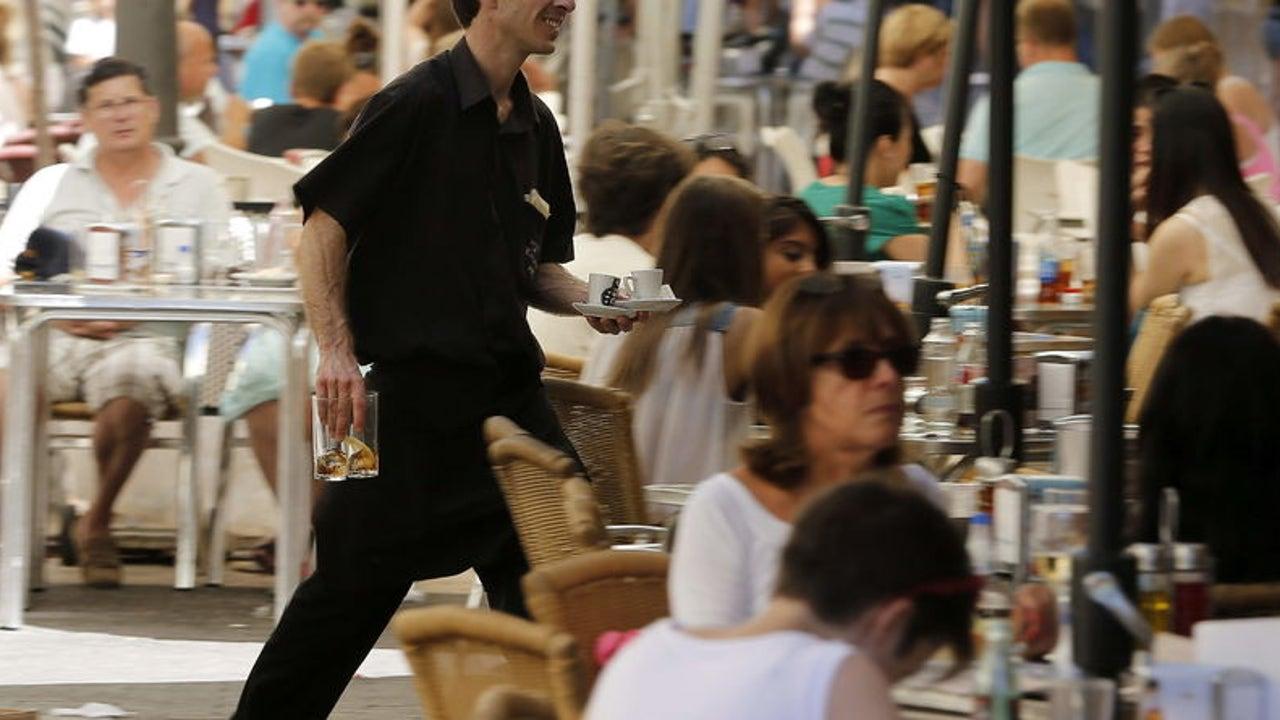 Un camarero trabajando en un bar