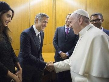 George Clooney saluda al Papa Francisco
