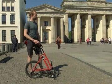 """Frame 9.418008 de: Llega la """"media bicicleta"""", lo nuevo para desplazarse por la ciudad ahorrando espacio"""