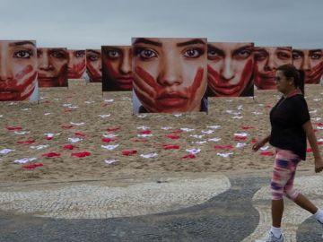 Las 420 bragas en la playa representan las violaciones cometidas en Brasil cada tres días