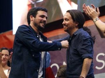 Los candidatos de Unidos Podemos, Alberto Garzón (i) y Pablo Iglesias