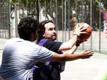 Pablo Iglesias juega un partido de baloncesto en la Ciudad Universitaria de Madrid