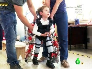 Álvaro con el exoesqueleto