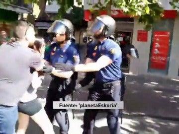 Frame 9.618289 de: Tensión durante el desahucio de una familia con siete hijos, cinco de ellos menores, en Alcorcón