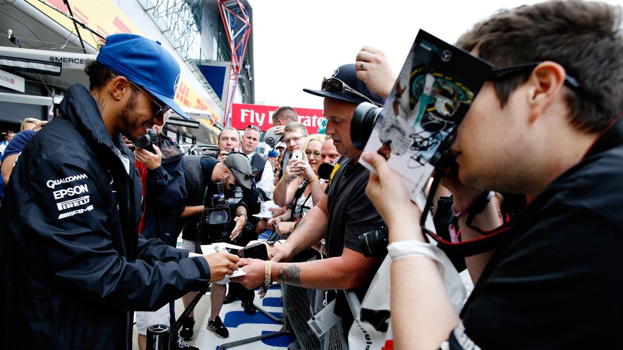 Hamilton firma autógrafos en Silverstone
