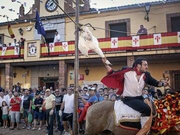 Uno de los participantes en la fiesta de 'Correr los gansos' de Carpio de Tajo