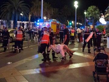Servicios de emergencia, en el lugar del atentado de Niza