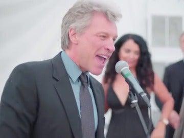 Frame 87.238868 de: Jon Bon Jovi 'obligado' a cantar 'Livin' On A Prayer' en una boda