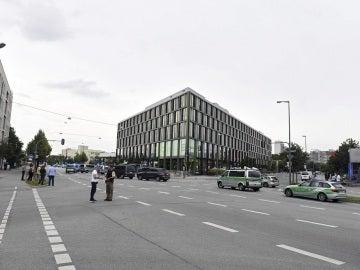 Varios vehículos policiales desplegados en los alrededores del centro comercial donde se ha producido un tiroteo en Múnich, Alemania
