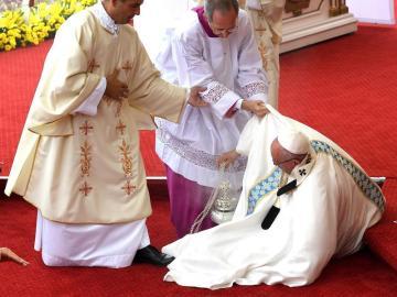 Aparatosa caída del papa Francisco.