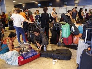 Mexicanos atrapados en el Aeropuerto de Madrid