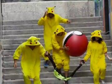 Un grupo de 'Pikachus' recorre las calles de Basilea para vengarse de los humanos