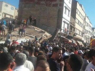 Los vecinos ayudan a desenterrar los escombros del derrumbe en Casablanca
