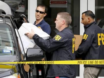 Agentes del FBI durante el registro
