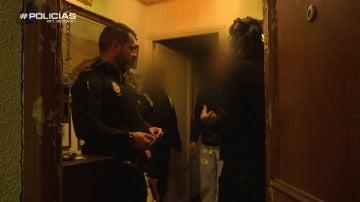 La dueña del piso hablando con la Policía tras el suceso