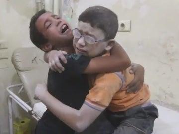 Niños sirios lloran desconsolados en Alepo