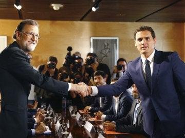 Rajoy y Rivera  durante la reunión de sus delegaciones en la que han certificado el acuerdo de investidura