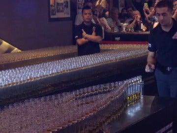 Frame 0.0 de: Nuevo récord Guiness para un bar de Dubai por un domino de chupitos