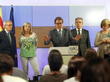 Artur Mas junto con Joana Ortega e Irene Rigau, durante una rueda de prensa.