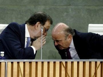 Rajoy conversa con el ministro de Economía en funciones, Luis de Guindos