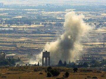 Una columna de humo se eleva en el aire tras una explosión en el lado sirio de la frontera con Israel, en la provincia de Al Quneitra.