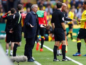Mourinho protesta una acción al juez de línea