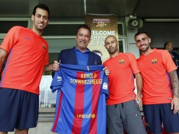 Schwarzanegger posando con la camiseta del Barça.