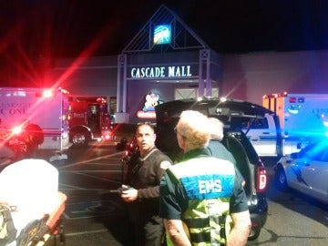 Agentes de la Policía y trabajadores de los servicios médicos, en la entrada del centro comercial Cascade Mall de Washington, EEUU