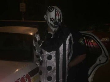 Un detenido vestido de payaso Twitter | @philtvnews