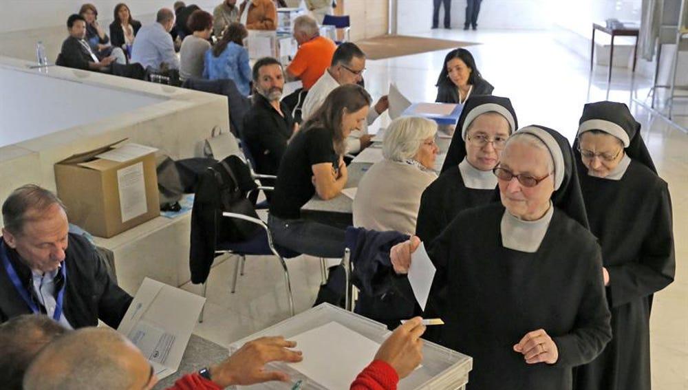 Un grupo de religiosas vota en un colegio electoral de Santiago