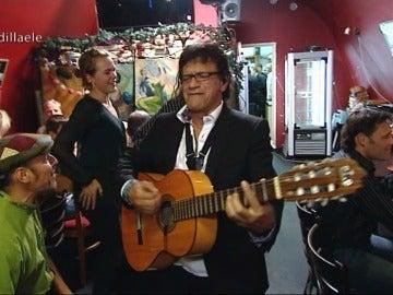 Fermín, con guitarra en mano en mitad del servicio