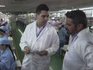Jalis de la Serna visita una cadena de montaje de móviles low cost