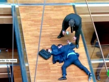 Frame 0.963627 de: El eurodiputado Steven Woolfe, hospitalizado tras una pelea con un compañero en el Parlamento Europeo