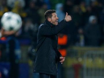 Simeone da indicaciones a sus jugadores durante el partido contra el Rostov