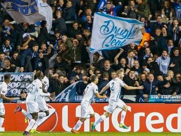 Los jugadores del Genk celebran el gol de Brabec ante el Athletic