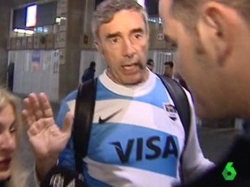 Dos argentinos cogen una estelada en los aledaños del Camp Nou